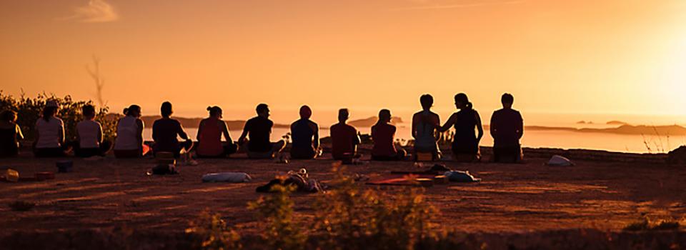 Ibiza Yoga Sonnenuntergang Abendstunde