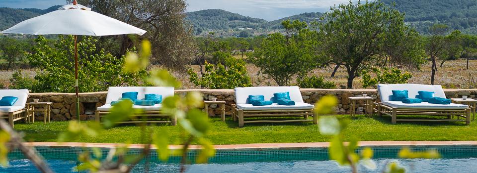 Pool und Liegestühle im Es Cucons Ibiza - Yogaferien - Orange Room
