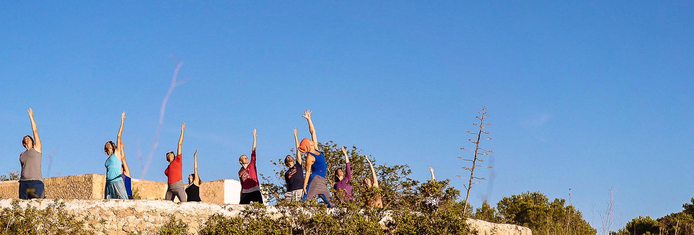 Yogaübende unter blauem Himmel